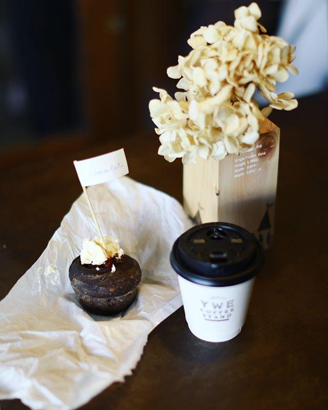 アパートメントストアでやってる「chocolate-パンとお菓子とコーヒーと-」に遊びに来たよ。サチパンさんのチョコモンロール金柑とMaison YWE COFFEE STANDのコーヒーとcomecom.のチョコミントのビスケでお昼ごはん。うまい!#オニマガ名古屋散歩-#theapartmentstore (Instagram)