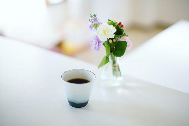 グッドモーニングコーヒー。誰も起きてこない静かな朝。読書でもしよっと。うまい! (Instagram)