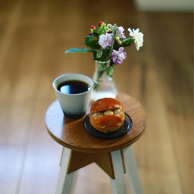 大須ベーカリーのラムレーズンレーズンパンでグッドモーニングコーヒー。うまい! (Instagram)