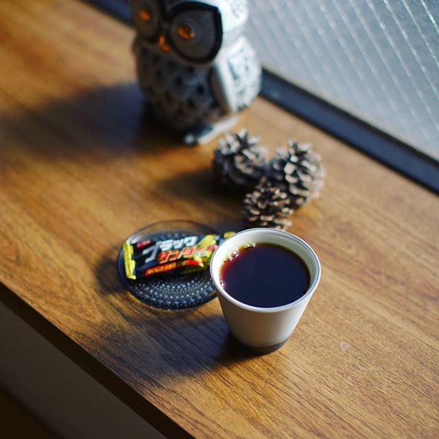 グッドモーニングコーヒー&ブラックサンダー。奥様→娘様→自分と順番にやってきたインフルエンザからやっと復活。うまい! (Instagram)