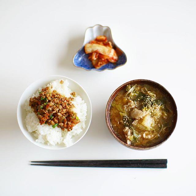 今日のお昼ご飯は、肉味噌ちょい乗せごはんと豚汁キムチトッピング。ブタミンパワー。うまい! (Instagram)
