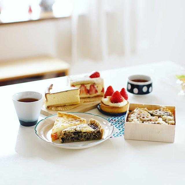今日のお昼ご飯は奥様が東別院てづくり朝市で買ってきたあれこれ。サチコブラウニーの玄米のキッシュ、ミールカフェのネギとサーモンのキッシュ、佐藤製菓の立田蓮根の五目おこわ、おやつにTSUBOYAの苺のタルトレット、お菓子屋Riettoさんの苺のショートケーキとチーズケーキ。うまい! (Instagram)