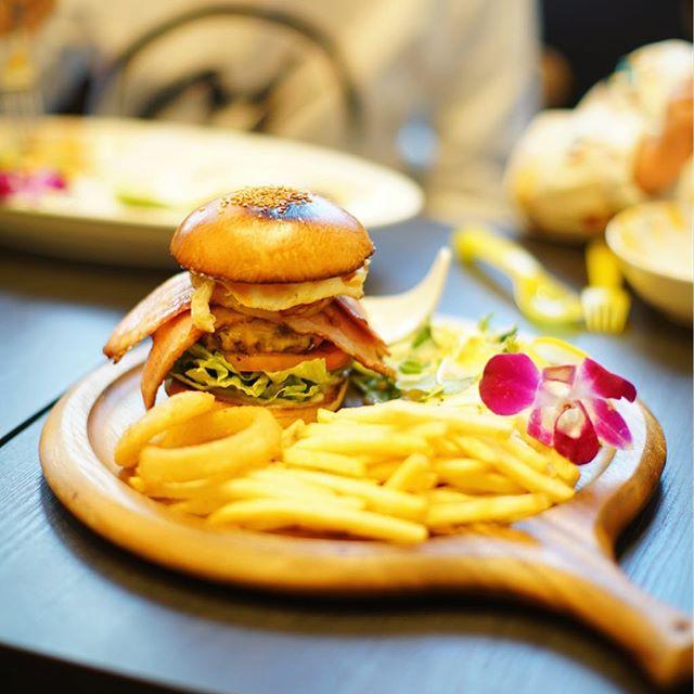 鶴舞のLure's Lanaにハンバーガー食べに来たよ。パティ+チーズ+ベーコン+パイン+エッグのルアーズバーガー。うまい!#オニマガ名古屋散歩-#lureslana #ルアーズラナ (Instagram)