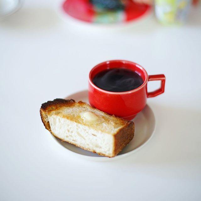 豊田の自家焙煎珈琲 #あぶさんと の天然酵母石窯パンでバタートースト&コーヒー。ここのパン初めて食べたけどすごく美味しいなぁ、グッドモーニング。うまい! (Instagram)
