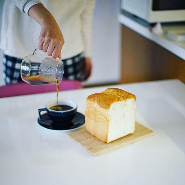 アンデルセンの長時間発酵ブレッドでグッドモーニングコーヒー。雨の月曜日。うまい! (Instagram)