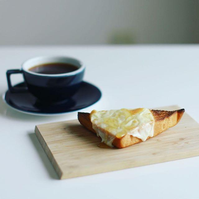 グッドモーニングコーヒー&蜂蜜チーズトースト。今日から豆はCOFFEE POLITEのエチオピア。うまい! (Instagram)