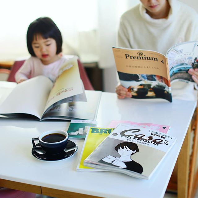 各自で読書タイムなグッドモーニングコーヒー。マガジンハウスばっかり。今月のCasa BRUTUSのカフェとロースター特集おもしろい。うまい! (Instagram)