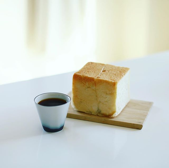 ブランジェリーゼの食パン丸かじりでグッドモーニングコーヒー。うまい! (Instagram)