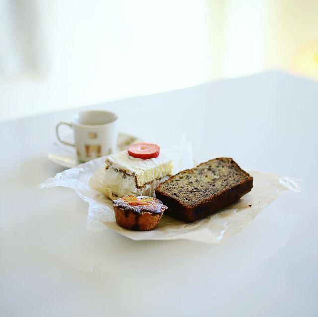 #ハッシェルカフェ でテイクアウトしてきた苺のショートケーキとバナナケーキと金柑とピスタチオのタルトでおやつタイム。うまい!#hashellecafe (Instagram)