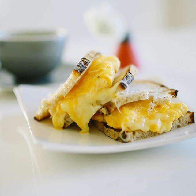 チーズ入り卵焼きサンドでグッドモーニング。うまい! (Instagram)