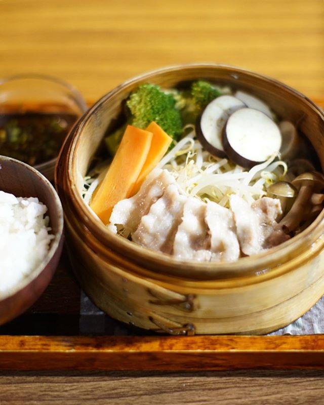 大須の珈琲ぶりこで夜ごはん。沖縄紅豚と旬菜のせいろ蒸し定食。うまい!#オニマガ名古屋散歩 (Instagram)