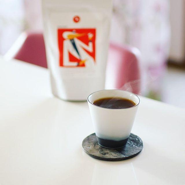 MOUT #mout_life のセメントのプレートが今日から仲間入り。たぶん植物用だと思うけど、#宮木英至 さんのカップに合わせたらピッタリだった!今週のコーヒー豆は #フグレン のエチオピアSidama BOKASSO。うまい! (Instagram)
