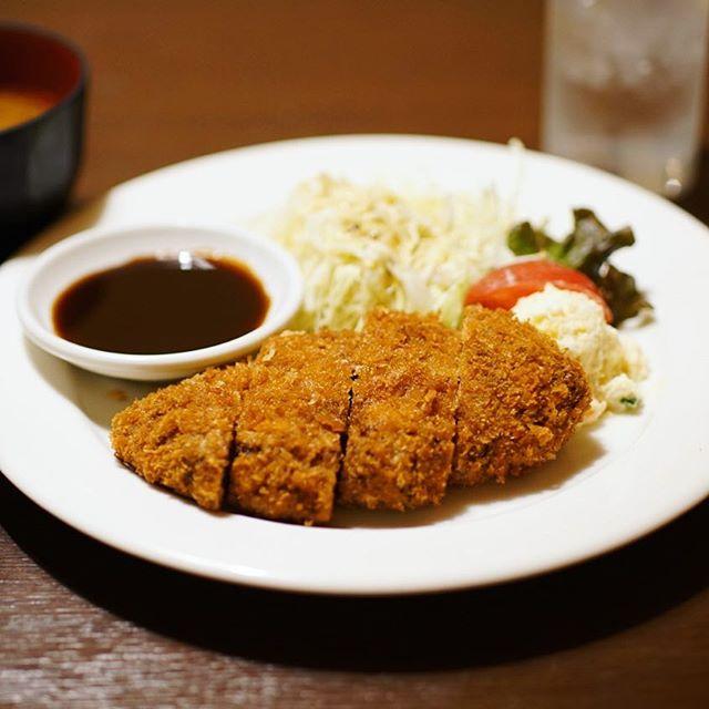 春休みの姪っ子たちが遊びに来たので、大須のキッチントーキョーでお昼ごはん。メンチカツ定食。うまい! (Instagram)