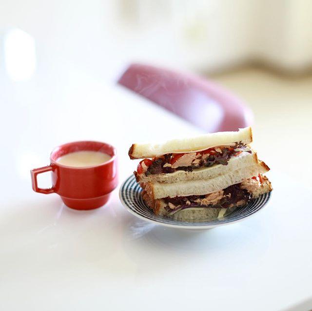 野菜とツナとチーズのサンドイッチ&チャイでグッドモーニング月曜日。サンドイッチって作るの難しい!うまい! (Instagram)