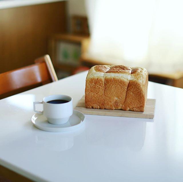 The Baker House Table #ザベーカーハウステーブル の食パン丸ごとかぶりつきでグッドモーニングコーヒー。うまい!#thebakerhousetable #ささしまグローバルゲート (Instagram)