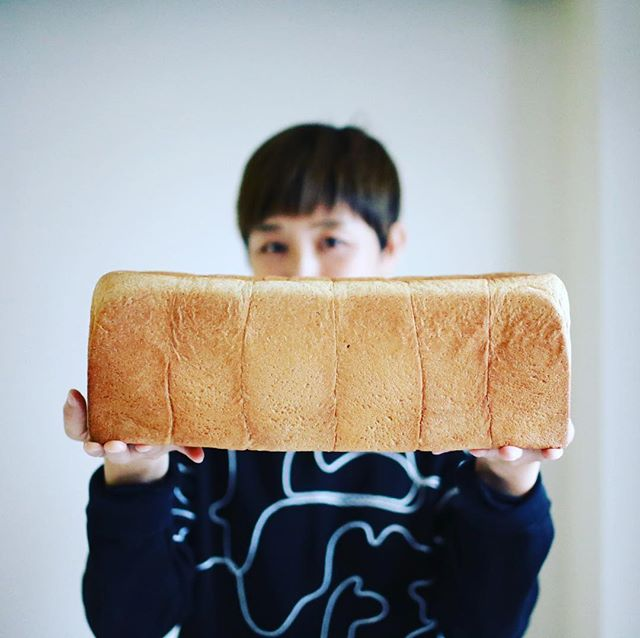 明日の朝ごはん用になんかパン買って来てーってリクエストしたら、サンドイッチ屋さんでもやるの?というくらいでっかい食パン買って来た人。アンデルセンの長時間発酵全粒粉食パンでグッドモーニング。うまい! (Instagram)