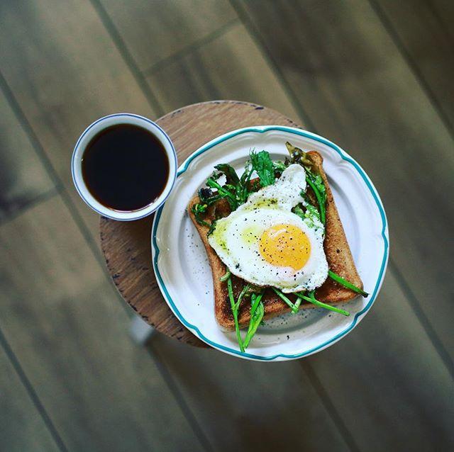 なばな&目玉焼きトーストでグッドモーニングコーヒー。うまい! (Instagram)
