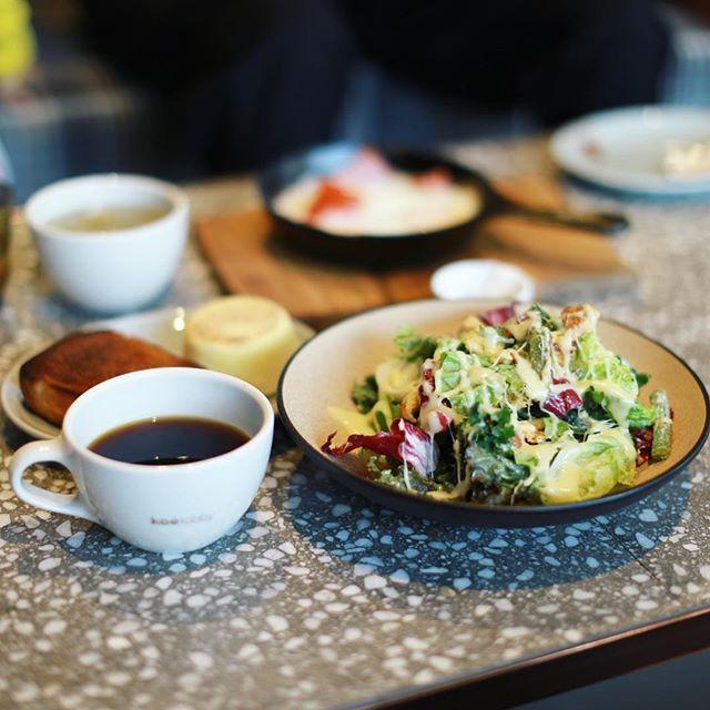 hotel koé tokyoの1階のkoe lobbyでグッドモーニングコーヒー&パン食べ放題&フレッシュチーズサラダ。うまい!今日は東京写真部渋谷編!-#koelobby #koélobby (Instagram)
