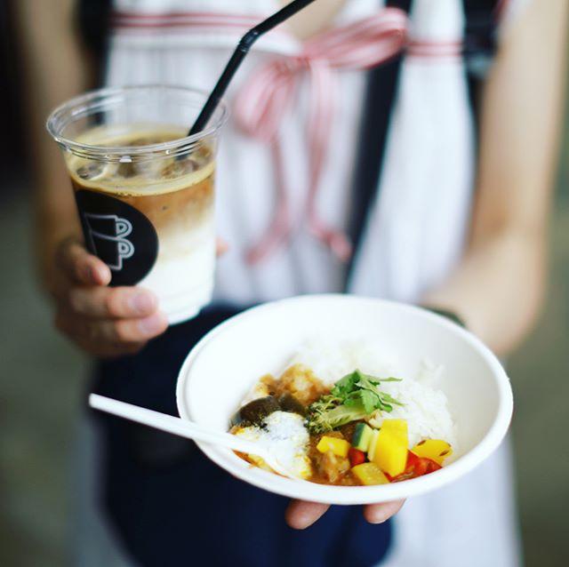 鶴舞のHAIR ICI TREでやってる(N)ICI FESTに遊びに来たよ。お昼ごはんにCurry Meeting Crewのカレー、THE CUPSのアイスラテ、nocake.のかおピザせんべい、Brooklyn Ribbon Friesのジンジャーエール、ハチカフェのタルト。フリーフードが超豪華!うまい!#オニマガ名古屋散歩 (Instagram)