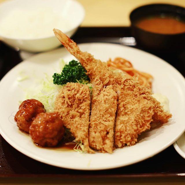 銀座梅林にとんかつ食べに来たよ。でもついついミックス定食(ヒレカツ+海老フライ+肉団子串)。うまい! (Instagram)