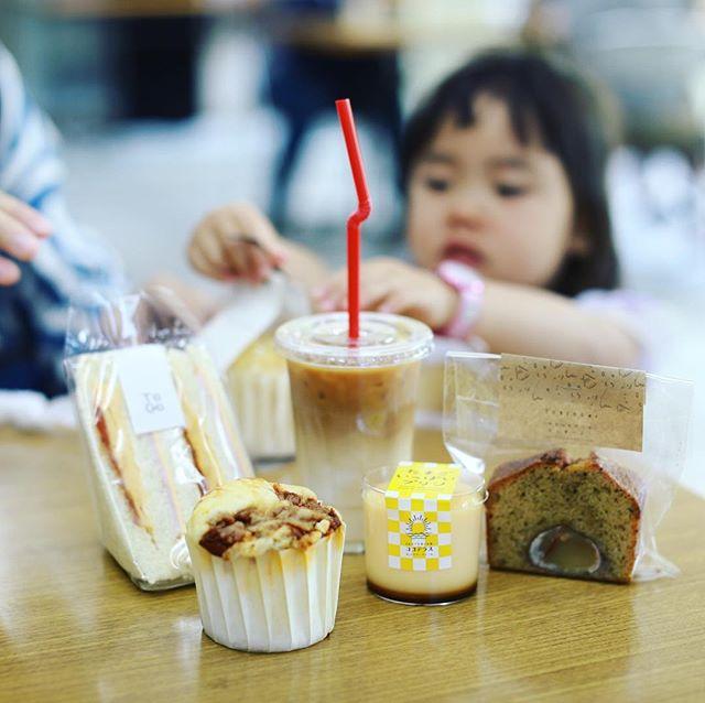 池下の乗西寺でやってるポートランドリビングに遊びに来たよ。ミッツコーヒースタンド/To Go Kurumamichiのアイスラテとサンドイッチとマフィンと、おやつにココテラスのたまごいっぱいプリンと、焼き菓子屋さんトリドリのカフェラテマロン。うまい!#オニマガ名古屋散歩-#portlandliving #ポートランドリビング (Instagram)