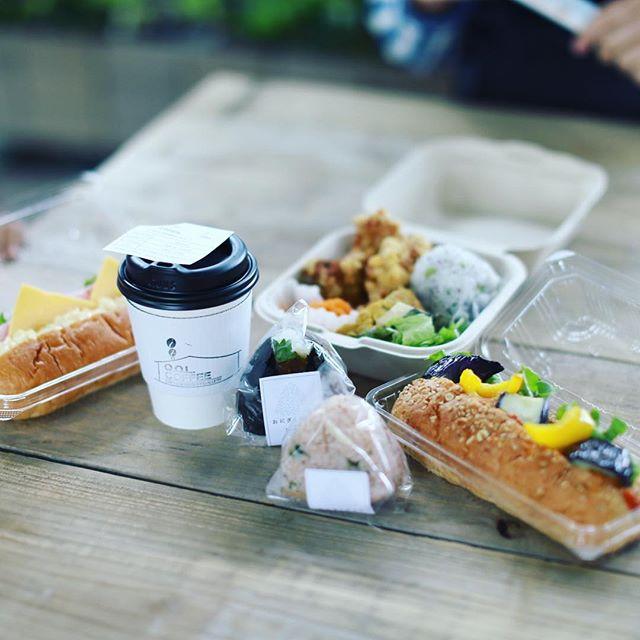 グローバルゲートのgarageNAGOYAでやってる手作り市from17に遊びに来たよ。おにぎりやさんのおにぎりと、PINE FIELDS MARKETのコッペパンと、Lir Cafe&Kitchenのお弁当と、Q.O.L. COFFEEのコーヒーでお昼ごはん。うまい!#オニマガ名古屋散歩 -#from17 #garagenagoya #グローバルゲート #おにぎりやさん #pinefieldsmarket #lircafekitchen #qolcoffee (Instagram)
