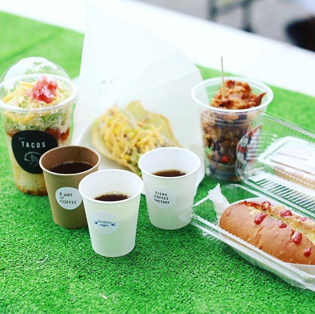 名城公園tonarinoでやってるナゴヤコーヒースタンド in コダワリマーケットに遊びに来たよ。OISEAU COFFEEとSIENA COFFEE FACTORYとR ART OF COFFEEのコーヒー飲み比べと、Risoのホットドッグと、jam's TACOSのタコス&タコライスと、がブリチキン。でお昼ごはん。うまい!#オニマガ名古屋散歩 (Instagram)