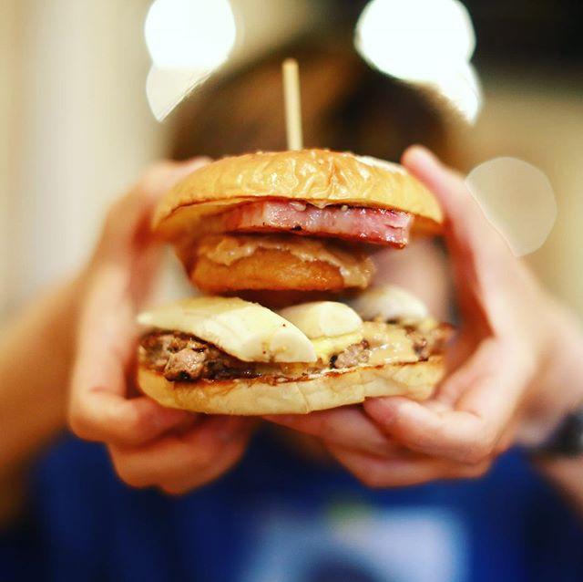 大須のSMASH HEADにハンバーガー食べに来たよ。マンスリーのエルヴィスバーガー。ピーナッツバターとバナナが!うまい!#オニマガ名古屋散歩 (Instagram)