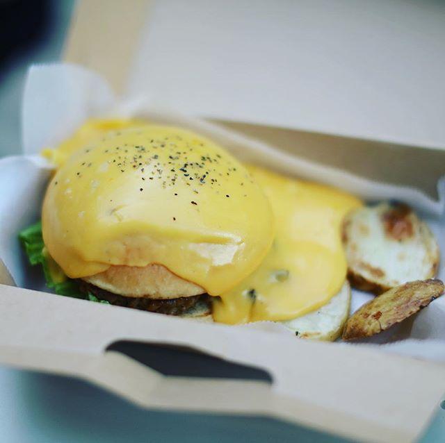 松坂屋とパルコの間のフードトラックの #トレジャーバーガー にハンバーガー食べに来たよ。チェダーチーズが上からドバーッ!食後のデザートは #トレジャーアイス 。うまい!#オニマガ名古屋散歩 ー#treasureburger #treasureice (Instagram)