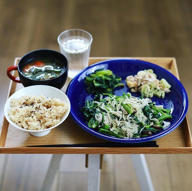 今日のお昼ごはんは、空芯菜ときのこのシラス炒め、小松菜のおひたし、ツナマヨマカロニサラダ、ミニトマトとわかめのお味噌汁、黒ごま玄米。うまい! (Instagram)