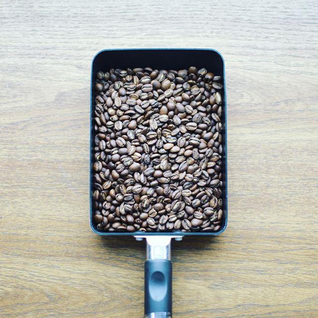 きのう手網焙煎した豆でグッドモーニングコーヒー。ガス抜きで置いておくザルが足りなくて卵焼きフライパン。上手にできた、気がする。うまい! (Instagram)