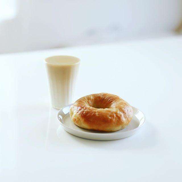 リトルプラスベーグルの塩バターベーグル&コーヒー牛乳でグッドモーニング。うまい! (Instagram)
