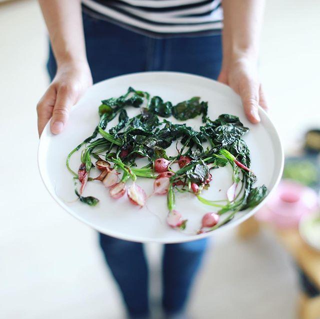 我が子がベランダで育ててた二十日大根がやっと収穫できたー。のでお昼ごはんは焼き二十日大根。オリーブオイルで焼いて塩ふるだけが一番好き。うまい! (Instagram)