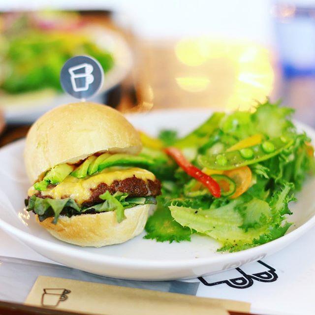 THE CUPS SAKAEのアボカドチーズバーガー食べに来たよ。野菜モリモリ。うまい!#オニマガ名古屋散歩 #thecupssakae (Instagram)