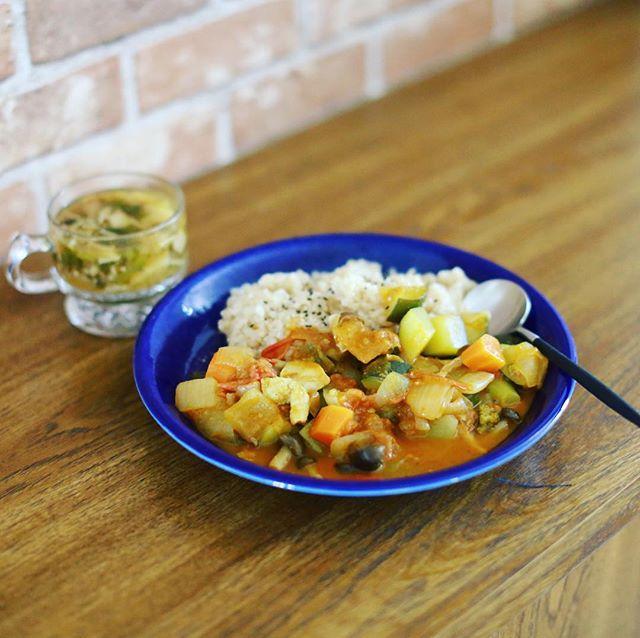 今日のお昼ごはんは、ラタトゥイユのリメイクカレーと、かぶとキノコのお味噌汁。野菜ゴッロゴロ。うまい! (Instagram)