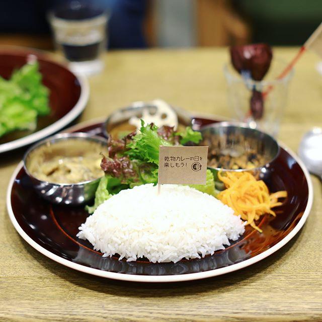 NORDIC STYLE CAFEに #乾物カレー 食べに来たよ。Rojocシェフの仔羊とレンズ豆のカレー&チキンと豆乳のカレー&鯖とひじきのおかずカレー東インドスタイル3種盛り。デザートは切り干し大根入りスパイスチョコキャンディー。うまい!#オニマガ名古屋散歩 (Instagram)