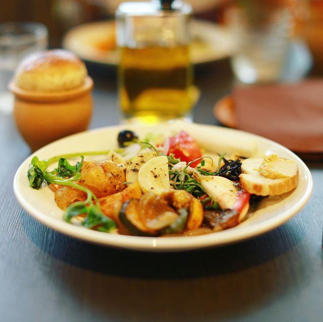グローバルゲートのメディーにランチしに来たよ。前菜ビュッフェ野菜もっりもり。うまい!#オニマガ名古屋散歩 -#medi #ささしまライブ (Instagram)
