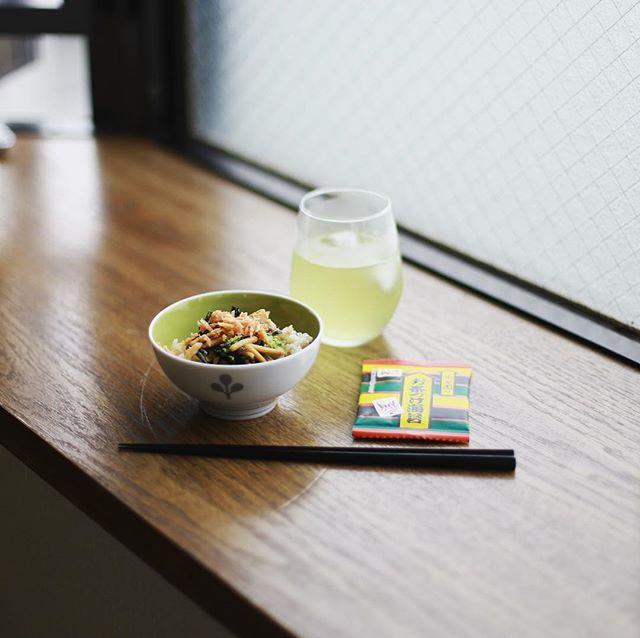 アイス天空の古来茶でグッドモーニング冷やし茶漬け。十何年かぶりにお茶漬けのもとを買ってみたんだけど、今でも東海道五十三次のカード入ってるのね!うまい! (Instagram)