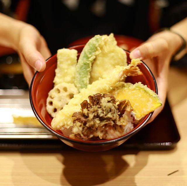 大須の天ぷらスガキヤに天ぷら食べに来たよ。セルフ盛り付け天丼。生まれて初めて天丼を盛り付けたけど難しいね!うまい!#オニマガ名古屋散歩 (Instagram)