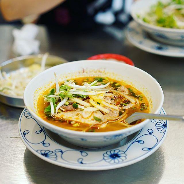 大須のベトナムキッチンにBUN BO HUE(ブンボーフエ)食べに来たよ。ピリ辛スパイシーで野菜モリモリ。うまい!#オニマガ名古屋散歩 (Instagram)