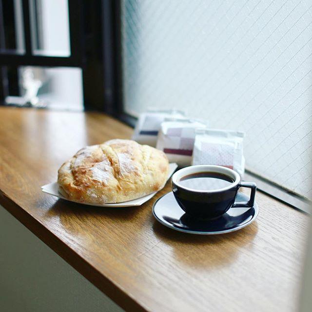 バゲットラビットのブールとTsukikoyaのコーヒーでグッドモーニング。横浜のお土産で豆を色々買って来たので飲み比べ楽しい。うまい! (Instagram)