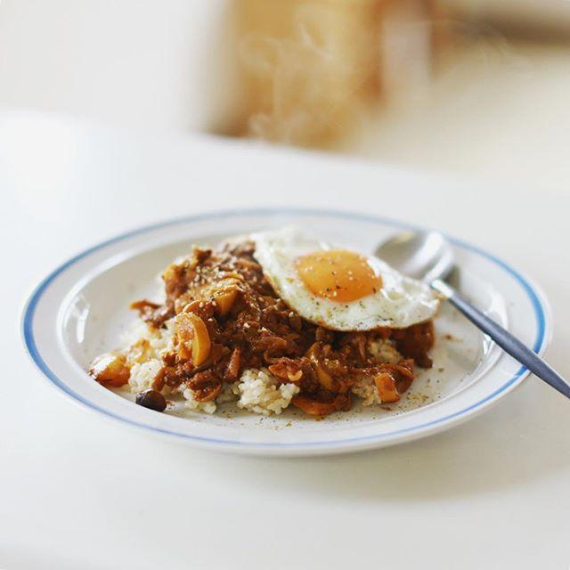 今日のお昼ごはんは、大豆ミートと夏野菜のベジカレー目玉焼き乗せ。うまい! (Instagram)
