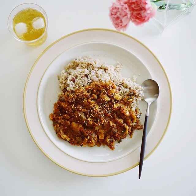 火曜日だけどカレーの日。遊びに来る子供用に作った鯖味噌と大豆の和風ドライカレーチリ抜き。大人は後乗せでスパイス倍増。うまい! (Instagram)