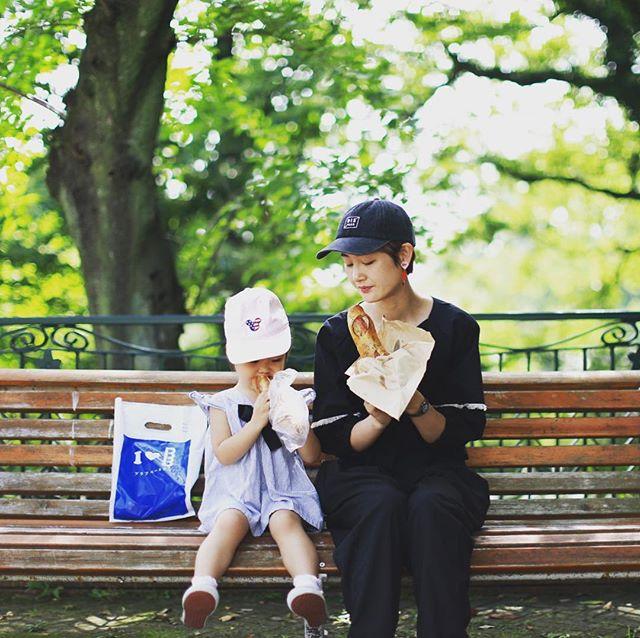 ブラフベーカリーで焼き立てパンを買って近所の元町公園でモーニングピクニック。そして午後は写真部横浜編!うまい!#bluffbakery (Instagram)