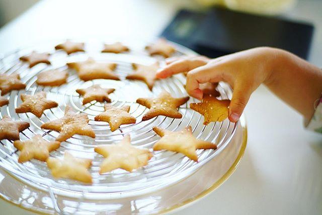 奥様と子供が一緒に作った星型クッキーでグッドモーニング。うまい! (Instagram)