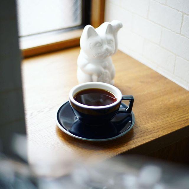 グッドモーニングコーヒー。と、招き猫。今日も雨ですかな。うまい! (Instagram)