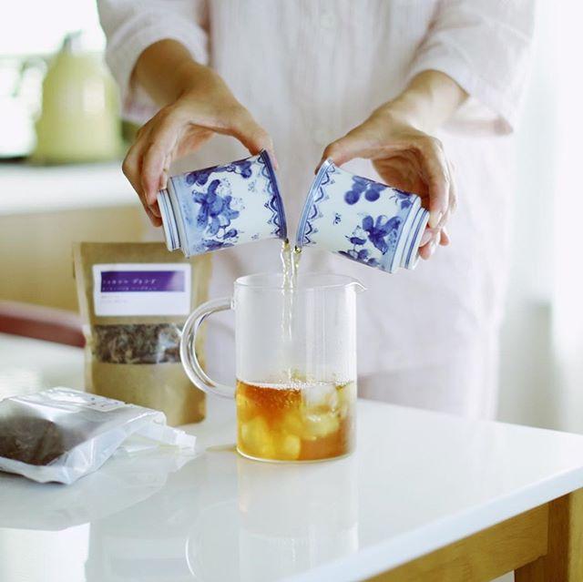 こないだ東別院のミーツオーガニックマーケットで #西森ファーム で教えてもらったホーリーバジルのハーブティーにほうじ茶を合わせるブレンドティーを作ってみたー。西森ファームのトゥルシーブレンド+ #傳六茶園 の #天空の古来茶 で急冷アイスティ。うまい! (Instagram)