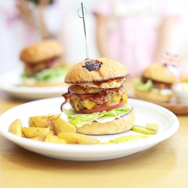 池下のThe Burger Stand N'sにハンバーガー食べに来たよ。100%ビーフパティ+チェダーチーズ+厚切りベーコン+パイン+エッグの #エヌズバーガー 。うまい!#オニマガ名古屋散歩 (Instagram)