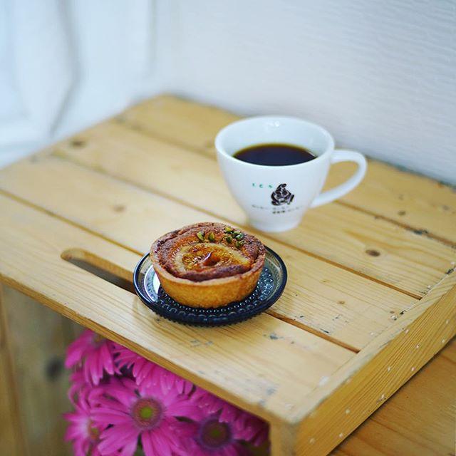 プラリネの甘夏タルト&コーヒーで3時のおやつタイム。うまい! (Instagram)
