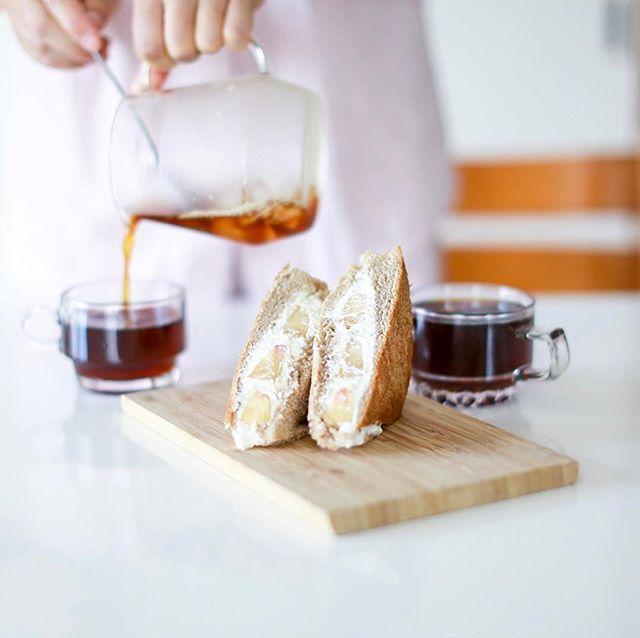 奥様お手製のフルーツサンドでグッドモーニングコーヒー。水切りヨーグルトのクリームとなんらかの果物。うまい! (Instagram)